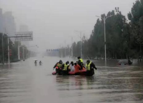 暴雨中的一抹红色,那是人民保险的身影